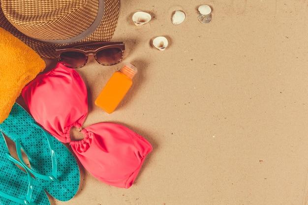 Праздничные аксессуары на песчаном пляже Premium Фотографии