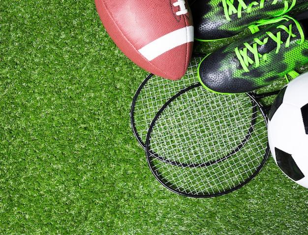 Спортивное оборудование на траве Premium Фотографии