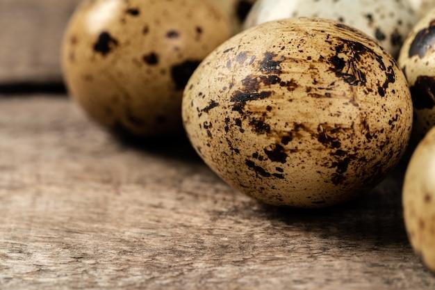 Перепелиные яйца на деревянном столе Premium Фотографии