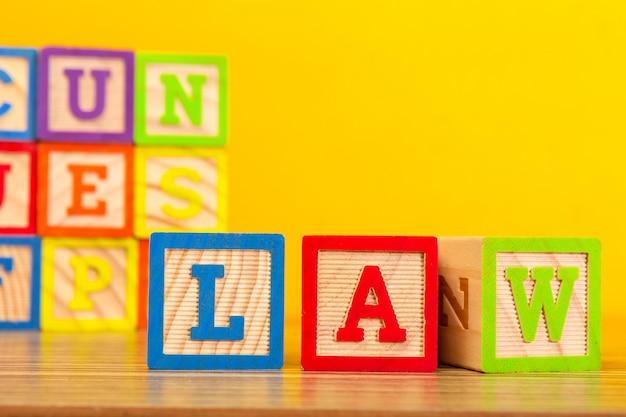 文字と木製のアルファベットブロック Premium写真