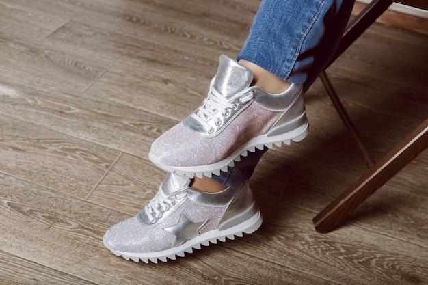 スニーカーの女性の足 Premium写真