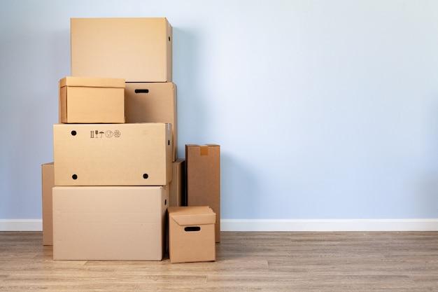 Дом движущихся концепции со сложенными картонными коробками в комнате Premium Фотографии