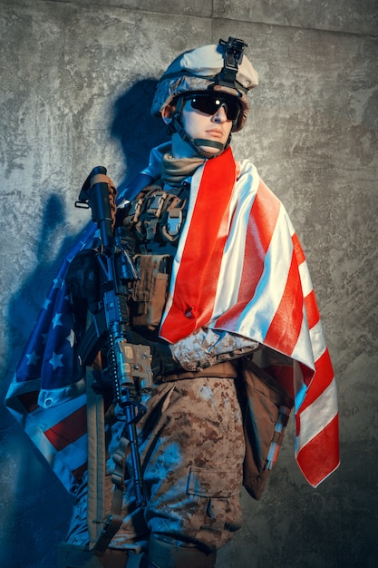 Человек военного снаряжения наемного солдата в наше время с флагом сша в студии Premium Фотографии