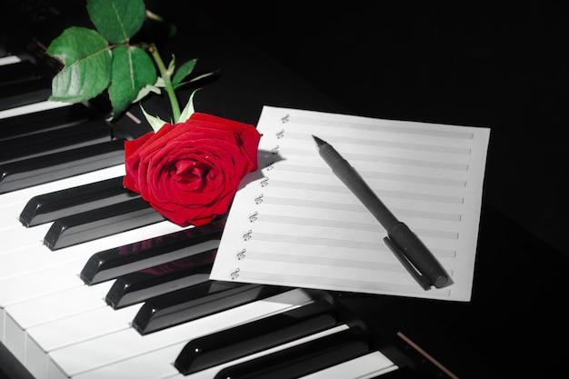 Рояль с красной розой Premium Фотографии
