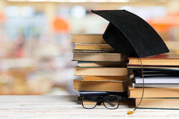 Куча книг на деревянный стол Premium Фотографии