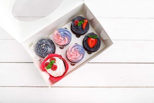 Вкусные кексы на цветной. праздничный, день рождения Premium Фотографии