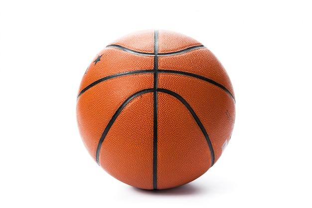 白い背景の上のバスケットボール。 Premium写真