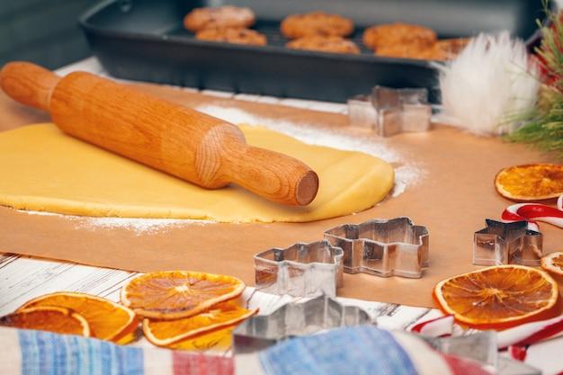 Процесс приготовления имбирного хлеба крупным планом Premium Фотографии