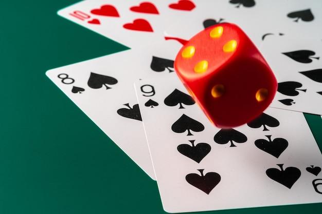 Игральные карты с красными кубиками. концепция казино и азартных игр Premium Фотографии