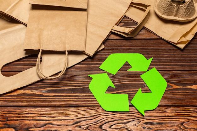 テーブルトップビューでリサイクルシンボルとエコ・コンセプト Premium写真