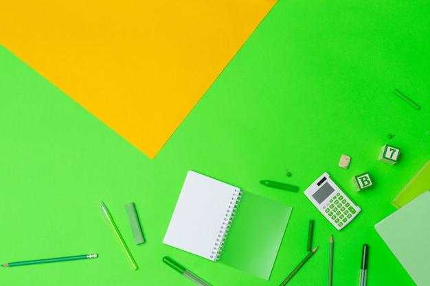 Школьные принадлежности на фоне цветной бумаги Premium Фотографии