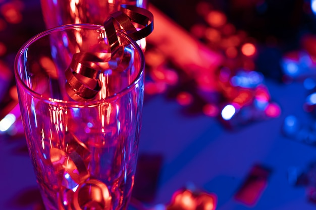 Бокалы для шампанского с праздничной мишурой Premium Фотографии
