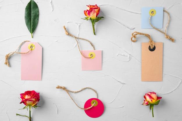 花と白紙のタグ。花を送る Premium写真