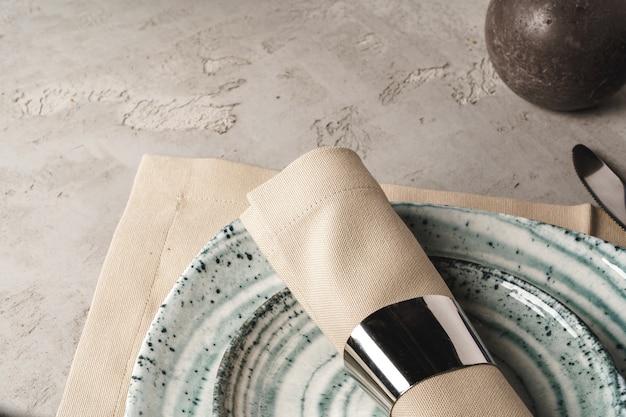 セラミックのスタイリッシュな食器は灰色の背景に設定 Premium写真