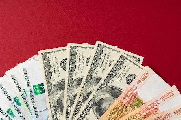 米ドルとロシアルーブルの紙幣をクローズアップ Premium写真