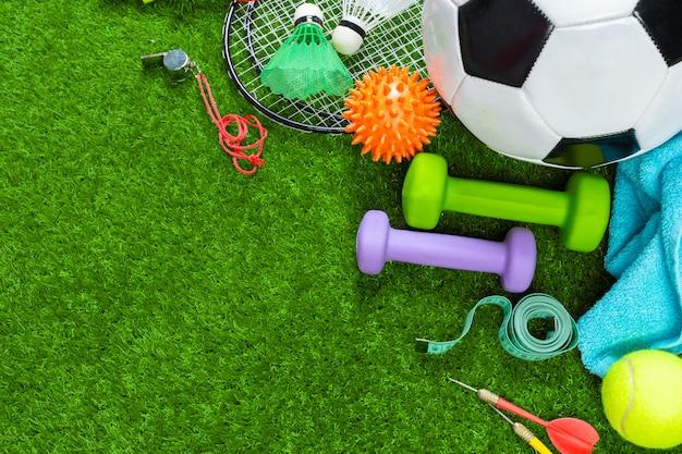 草の上の様々なスポーツツール Premium写真