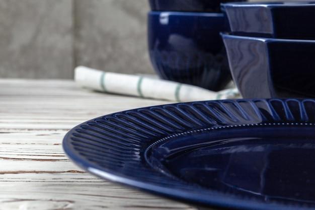Деревянная кухонная стойка с новой посудой на нем. крупным планом фото Premium Фотографии