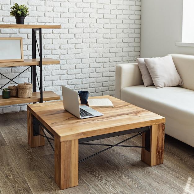 ロフトのインテリアにモダンな木製のテーブル Premium写真