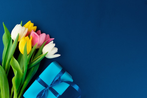 Свежие цветы и подарочная коробка с лентой Premium Фотографии