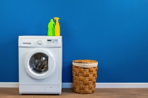 水色の壁にランドリー付き洗濯機 Premium写真