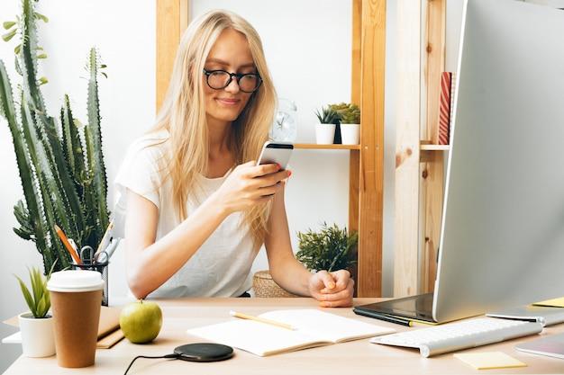 フリーランスの女の子が自宅で仕事、オンラインで仕事、ホームオフィス。コロナウイルスの流行中は家にいること。 Premium写真