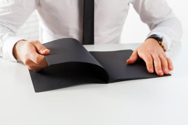 男の学習とノートに書く Premium写真