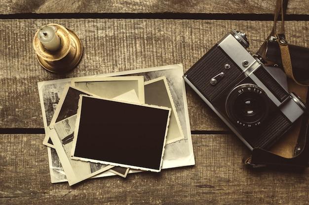 木製のテーブルの上の古い写真 Premium写真