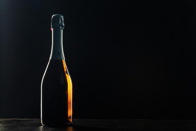 黒のシャンパンのボトル。 Premium写真