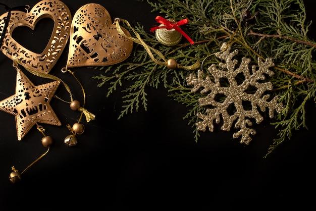 輝きの背景にゴールドのリボンと黒と白のギフトボックス。フラットレイ Premium写真