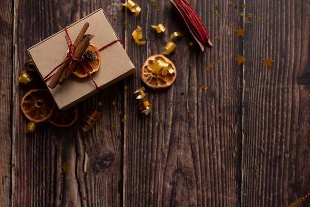 クリスマスの時期と空き容量の机 Premium写真