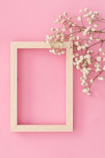 Композиция цветов романтическая. белая гипсофила цветы, фоторамка Premium Фотографии