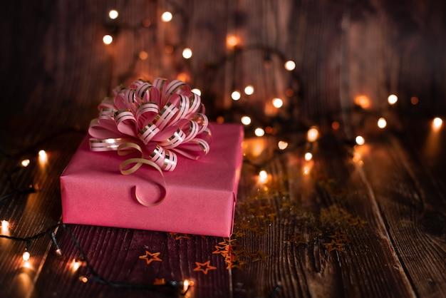 クリスマス休暇、飾られたクリスマスツリーと花輪のクリスマステーブル Premium写真