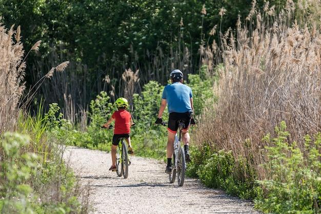 父と息子が自転車でスポーツを練習する Premium写真