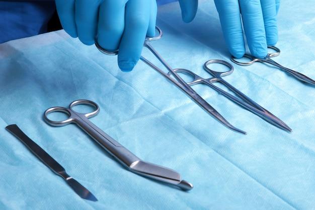 ツールをつかむ手で滅菌手術器具の詳細ショット Premium写真