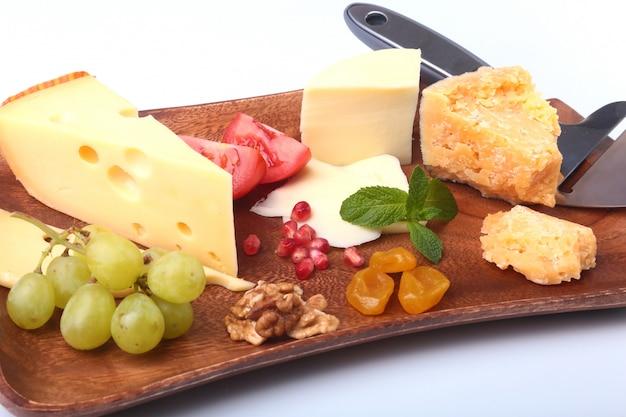 フルーツ、ブドウ、ナッツ、チーズナイフとチーズの品揃え Premium写真