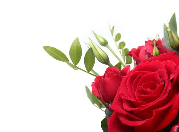赤と白のバラで作られた豪華なブーケ。 Premium写真