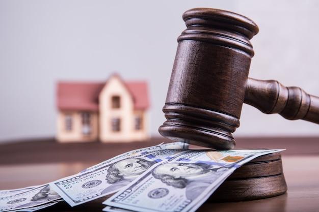 投資概念の住宅ローンとして裁判官のハンマーでお金のドルの家のモデル Premium写真