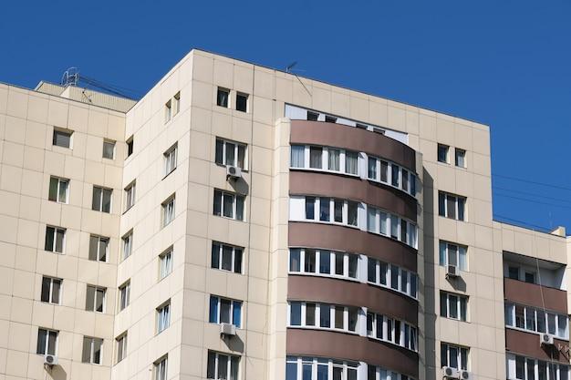 近代的な高層住宅のファサード Premium写真