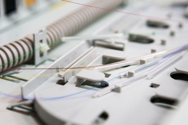 Работник соединяет волоконно-оптический кабель с опто боксом. установка нового сетевого оборудования Premium Фотографии