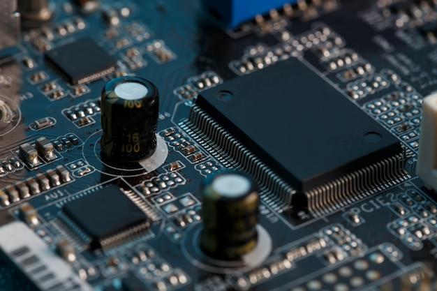 電子回路基板のクローズアップ、プロセッサ、チップ、コンデンサー。 Premium写真