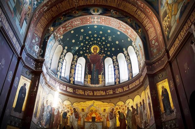 アブハジアの新しいアトスジョージアアブハジアのノヴィアフォン正統派修道院の美しいインテリアと暗い色のフレスコ画 Premium写真