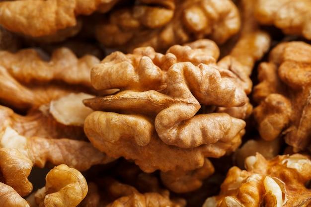 Грецкие орехи продаются на рынке специй. грецкие орехи помогают снизить уровень холестерина. хорошие зерна едят здоровыми. Premium Фотографии