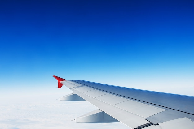 Вид на крыло реактивного самолета Premium Фотографии