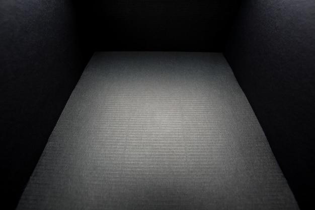 白のカバーなしのブラックボックス、内側からの眺め Premium写真