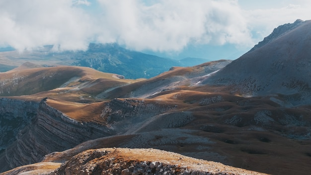 雄大な風景の中の山頂と丘を通るルート Premium写真