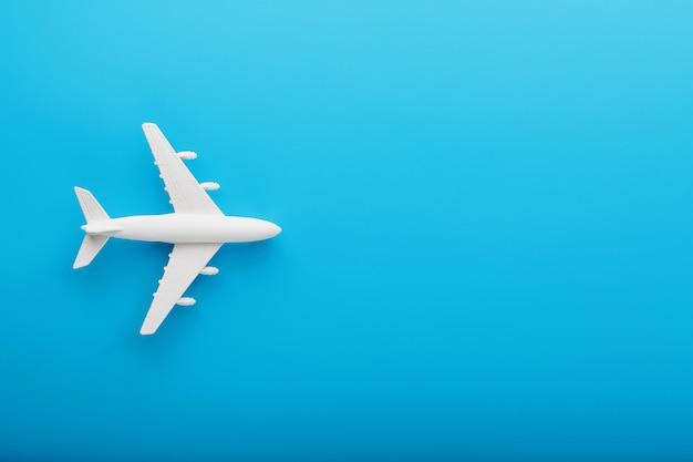 青色の背景に旅客機 Premium写真