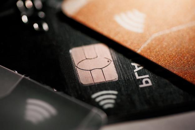 セレクティブフォーカスマイクロチップを備えた電子非接触クレジットカード。クレジットカードのマクロ。 Premium写真