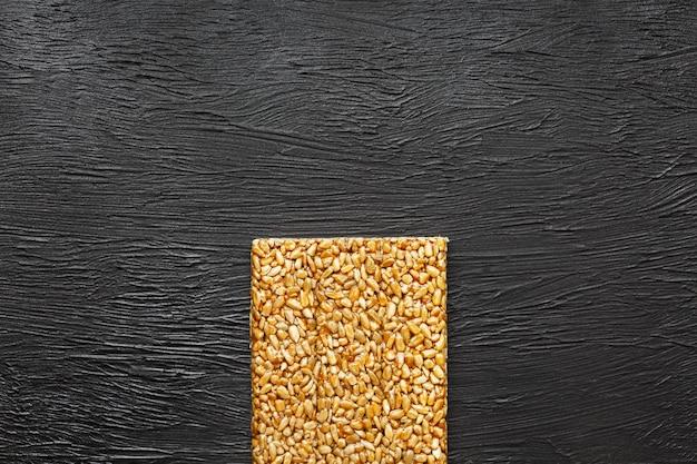 便利なスナック。フィットネスダイエット食品。コジナキヒマワリの種からのボレチック、エネルギーバー。上面図。コピースペース Premium写真