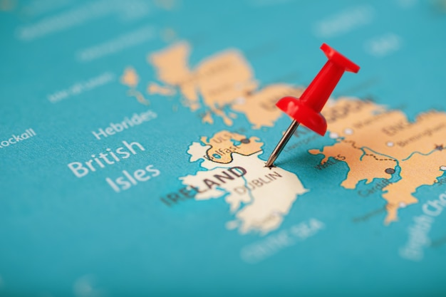 Разноцветные кнопки обозначают местоположение и координаты пункта назначения на карте ирландии Premium Фотографии