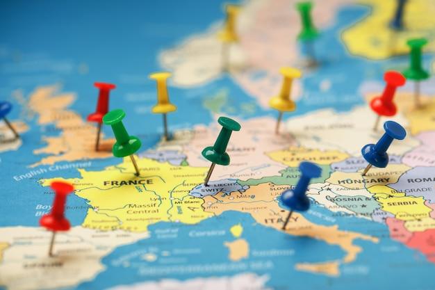 色とりどりのボタンは、国の地図上の目的地の位置と座標を示します Premium写真